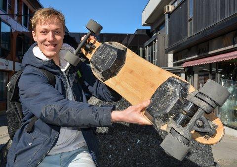 VISTE DET FRAM: I påsken viste Michael Forsberg Moss Avis det elektriske skateboardet av merket Gekko, som han selv har utviklet.
