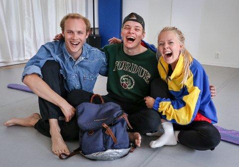 RUNDT RYGGSEKKEN: Forestillingen «Ingen vei tilbake» handler om en ung mann som er på reise ute i den store verden. Fra venstre: Mats Gukild, Frederic Molund og Julia Sørensen.