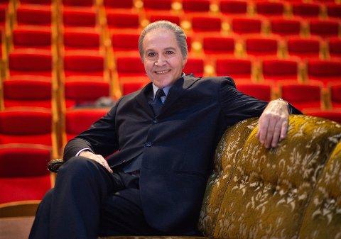 KOSTYMEPRØVE: Paul Åge Johannessen som den israelske utenriksminister Shimon Peres i en pause på Det Norske Teatret.