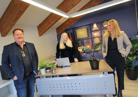 I GANG: Eiendomsmegler Hans-Erik Engebretsen er mannen bak det nye Remax-kontoret i Moss. Med seg har han datteren Nathalie Engebretsen. Ass. adm.dir. Tina Marie Johansen Øhlschläger (t.h.) er godt fornøyd med at Remax nå ha fått sitt 5. meglerkontor i Norge.