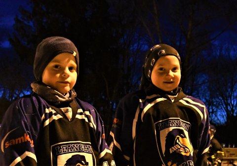 Adrian på sju år har bare trent hockey noen uker, mens hans åtte år gamle venninne har vært med i fire år.