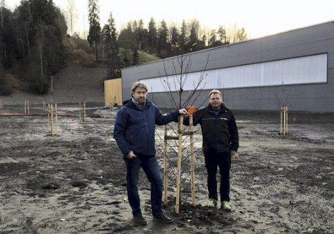 OPPGITT: Driftssjef Stig Hansen (t.v.) og daglig leder Rolf A. Nyhuus  i Lerskallen skisenter mener det burde være parkeringsplass,  og ikke park mellom E6 og skianlegget og den nye turnhallen. FOTO: Privat