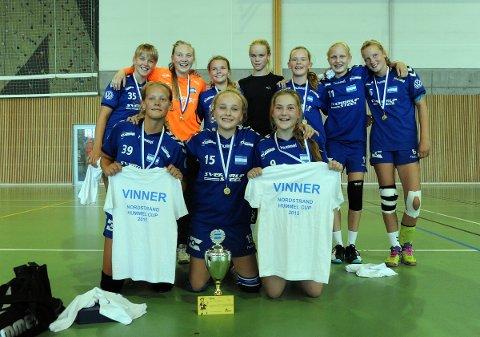GULLVINNERE: Nordstrands J13 tok hjem sin andre pokal i Hummel Cup. Foto: Solfrid Therese Nordbakk