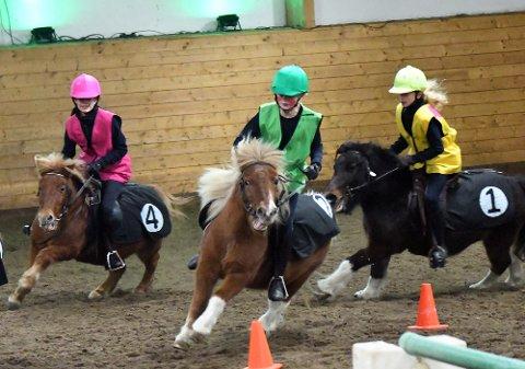 FULL FART: Ingrid, Emilie og Selma var uredde på hesteryggen under juleshowet.