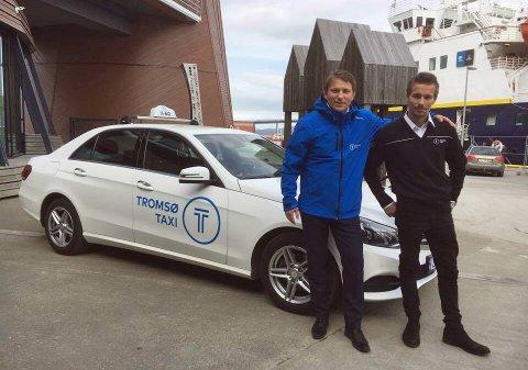 Taxi-sjef Steinar Nilsen og taxisjåfør Martin Pedersen viser fram Tromsø taxis nye logo.