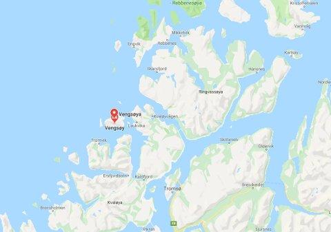 MED FERGE: Vengsøya ligger på nordvestsiden av Kvaløya, nordvest for Kaldfjorden og nordøst for Tromvik. Øya har rundt 100 fastboende. For å nå øya tar man ferge fra Bellvik,