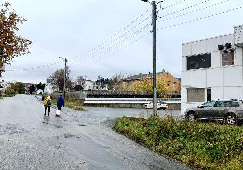 Både det hvite og det gule bygget skal rives for å gi plass til nye boliger. Foto: Stian Saur