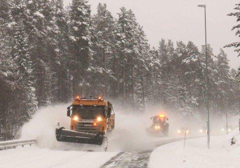 KOMMER: På tirsdag bør du ha vinterdekkene på, for da kommer snøen i lavlandet, ifølge meteorologene.