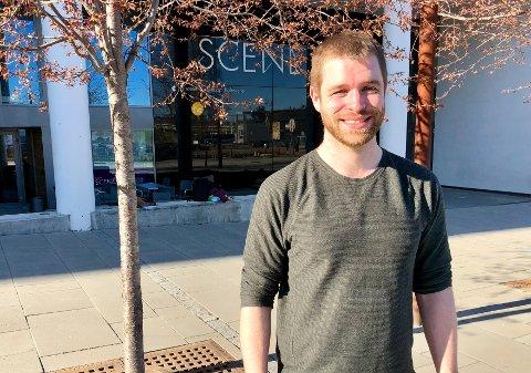 BYR INN TIL DANS: Paul Duevel (32) er mannen bak salsa-feberen i Gjøvik. På tirsdager holder han introkurs på ulike steder rundt om i byen.
