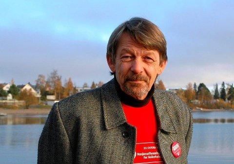 FÅ RINEGRE: Wiggo Slåttsveen forteller at det er få ringere som vil delta på ringestafetten i OAs lokaler for å støtte TV-aksjonen i år.
