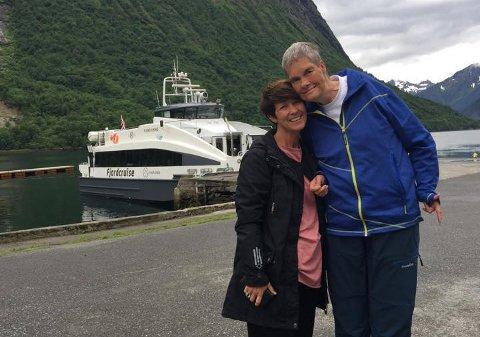 Aud Hove (50) sammen med sin storebror Rune (53), som er psykisk utviklingshemmet.