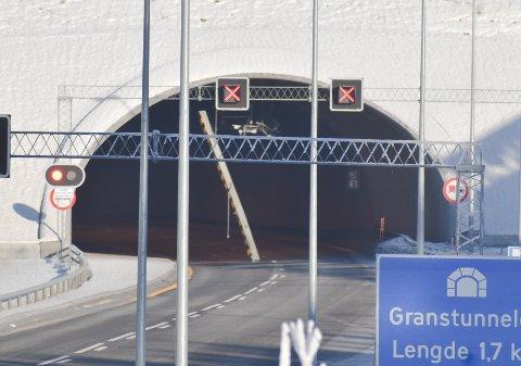 STENGT: Her henger høydeanviseren i inngangen til Granstunnelen sørfra.