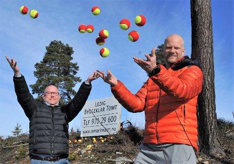 MANGE BALLER I LUFTA: Petter Schonhowd (t.v) og Rickard Claesson har kastet seg på padel-bølgen og tror mange baller vil være i lufta når det nye senteret på Kallerud åpner i januar 2022.