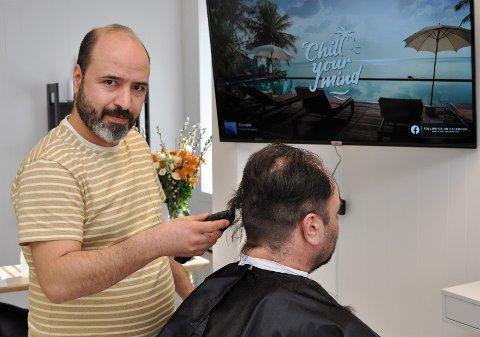 NY FRISØRSALONG: Fahed Altaleb (39) var bare 16 år da han startet frisørsalong i Syria. 1. mars startet han egen virksomhet i Gjøvik.
