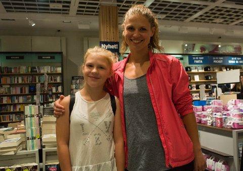 FÅR DET DE TRENGER PÅ SKOLEN: Nikoline Kronborg-Berggren (11 år) og mamma Anna Kronborg trenger ikke å kjøpe så mye nytt til skolestart. Men det er litt gøy med noe nytt likevel, sier de.