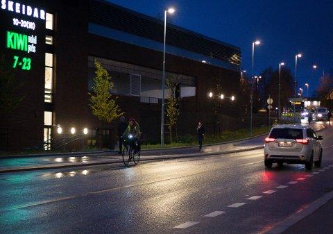 LOVLYDIG: Sykkelen skal ha lykt både foran og bak når det er mørkt.