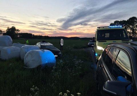 TRAFF HALMBALLER: Bilen som kjørte av veien i Hvitsten, traff noen halmballer ute ute på jordet.