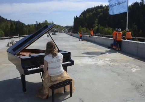 Musikk til arbeidet: Arbeiderne i SKANSKA fikk seg en opplevelse utenom det vanlige torsdag ettermiddag.