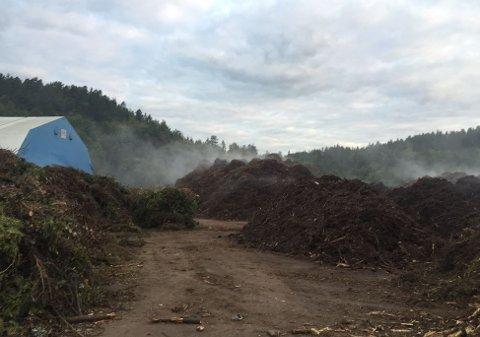 Brannvesenet måtte igjen rykke ut til barkfyllinga på Sky sør for Larvik.