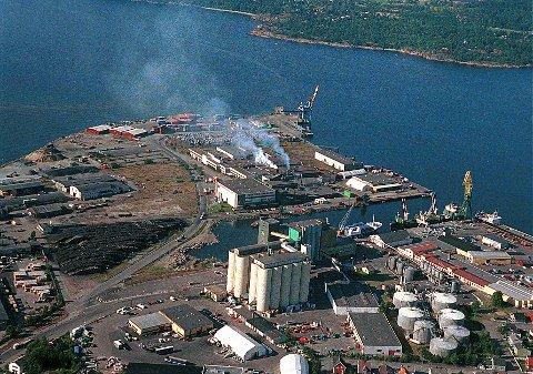 LARVIK HAVN  Flyfoto fra 1998 over Revet og industrihavna sett fra nordøst. Kaisidene ligger omkring Kanalen sentralt i bildet og langs nordvestsiden mot Torstrandsbukta til høyre.