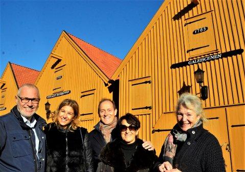 Vennskapsby-besøk: Andoras borgermester Mauro Demichelis fikk sammen med sin kone, Renata Tiramani og Larviks ordfører Rune Høiseth en omvisning i Stavern av Dyveke Bast.