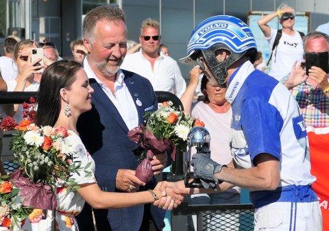 GRATULASJONER: Madeleine Thoresen og leder i Vestfold Travforbund, Gunnar Flåten, gratulerer Vidar Hop med seieren.