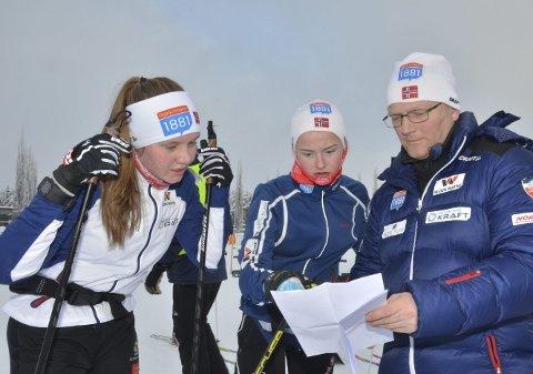 LOVENDE FRAMTID: Per Tommy Enger i Skiforbundet sammen med lovende kvinnelige kombinertløpere fra Hedmark, Marte Leinan Lund, Tolga IL (tv) og Gyda Westvold Hansen, Nansen IL under sist helgs norgescup. Denne helgen går de kontinentalcup på Rena.