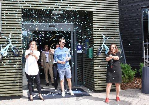 KONFETTI: Konfettien skjøt i været utenfor hovedinngangen, da Maria Åhgren (til høyre), Maria Belin og et knippe av de hotellansatte onsdag åpnet dørene etter tre måneders koronastengning. I midten foran ses Atle Brenneng.