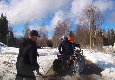 KONFRONTERT: Her stikker de to på firehjulingen av etter å ha blitt stanset ved Kjerret.