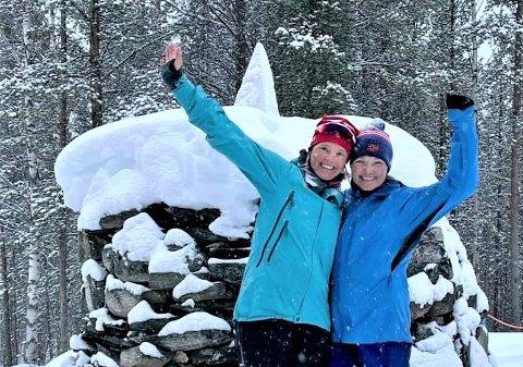 ENDELIG I MÅL: Etter en hel uke på ski og med pulk er Åshild Vassend Holm (tv) og Hildegunn Skogsholm endelig fremme ved Treriksrøysa, stedet der grensene mellom Norge, Russland og Finland møtes.