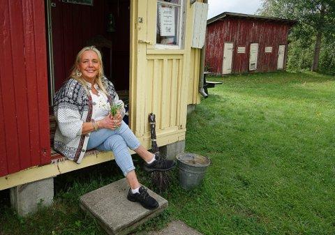 TUNET:  Mye skal foregå på tunet og inne og ved Tater-Millas Hus. Der har Nora Pettersen hatt mange besøk hittil i sommer.