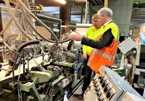 STORE FORVENTNINGER: Her er påtroppende statsminister Jonas Gahr Støre på et at sine besøk på Forestias fabrikk på Braskereidfoss i Våler. I bakgrunnen fabrikksjef Espen Svenneby.