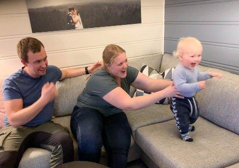 FULL FART: Vemund (1) holder foreldrene Lise og Marius Bjerkenås i ånde mellom barnehagen og leggetid.