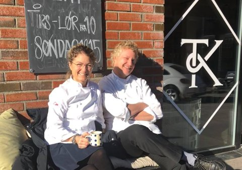 Hos Tjøme Kolonial har eierne Linn Mjelde og Kim Wiuff permittert seg selv for å holde en ansatt i jobb. I påsken vil de holde åpent det de kan og har forholdsregler på plass for å unngå smitte.