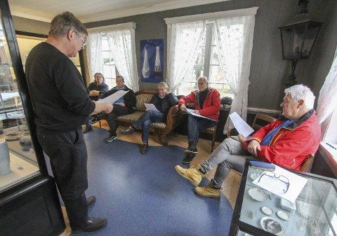 ORIENTERTE POLITIKERNE: Haavard Gjestland leste det sterke notatet for politikerne, f.v. Fredrik Botnen Nordahl (Rødt), Adrian Ness Løvsjø (Frp), Per Solli (V), Øystein Beyer (Ap) og Gunnar West Sørlie (H). Også Tore Buer (Sp) var til stede.