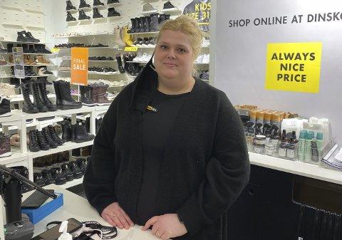 SMERTER: Daglig leder ved DinSko på Down Town, Mette Solvik, opplever at flere kunder kommer for å kjøpe innesko til hjemmekontoret.