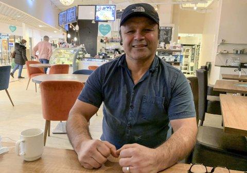 Massod Huseini og kona Sara har solgt 34 prosent av aksjene i Konserthuset Cafe K. Huseini her avbildet mens han drev nå konkursrammede Tante Sofies Kafe på Brotorvet.
