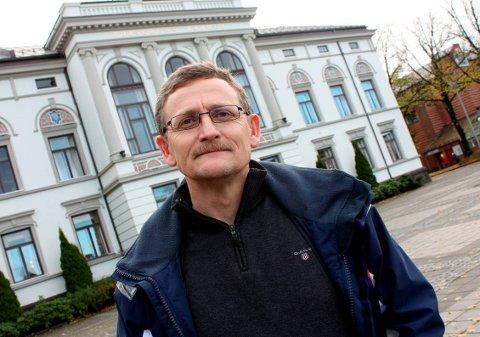 STILLASKLEDD: Eiendomssjef Ole Henrik Lia sier at både rådhuset og Meierigården vil bli kledd med stillaser i forbindelse med arbeidene.
