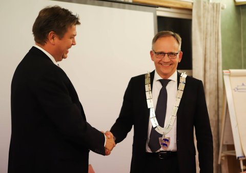 GLADE KARER: Geir Aarbu (tv) var veldig fornøyd med å gi fra seg ordførerkjedet, mens Håkon Tolsby var svært glad for å få det på seg. Førstnevnte kan nå gå mer på jakt mens sistnevnte må vie mer tid til politiske møter.