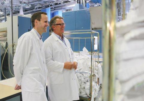 PÅ BESØK: Ordførerkandidat Knut-Magne Bjørnstad (Ap) med Kristian Gaaserud (t.h.) som er daglig leder og styreleder ved Sentralvaskeriet for Østlandet AS.