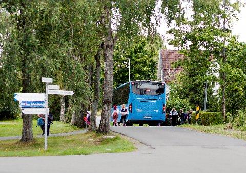 UOVERSIKTELIG: Godt over ti elever fra Os skole går av bussen i Mjørudgata. Barbro Urke (MDG) mener Rakkestad kommune burde vurdere å flytte busstoppet til et mer trafikksikkert sted.