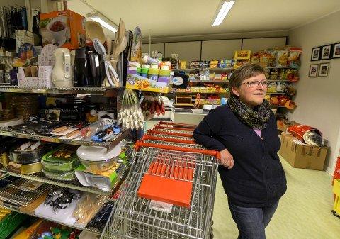 Anne Grete Theimann har drevet butikk i Sørfjorden i snart 30 år. Selv om det bare er 20 fastboende, er det så mange hyttefolk at butikken går fint. Men utover våren har det vært stille og tapt omsetning.