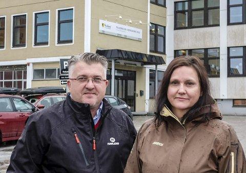 Samme mening: Gruppelederne i kommunestyret for Høyre, Espen Haaland og for SV, Hilde Rønningsen, har ikke skiftet mening siden skolevedtaket i mars. De mener fortsatt én sentrumsnær ungdomsskole blir best for elevene. Foto: Øyvind Bratt