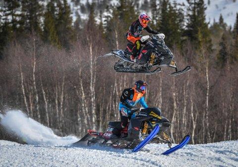 Verdenspremiere på Straight snowX. Her Emil Harr og Ståle Eggen.