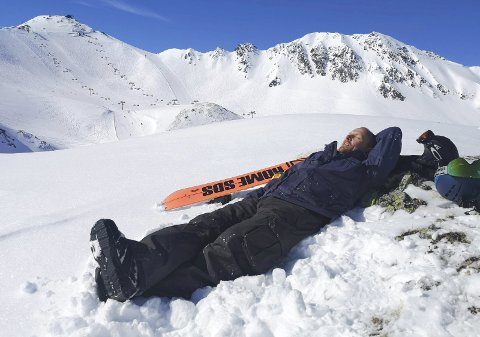 Stille før stormen: Dette bildet er tatt 8. mars. Øystein Bruvold koser seg på ferie i Østerrike, foreløpig uviten om at han skal bli den første som får påvist koronasmitte i Rana. I stedet for feiring av bursdagen sin 12. mars ble det å sitte mutters alene på Båsmoen. De første symptomene meldte seg natt til 13. mars, men han fikk heldigvis et mildt sykdomsforløp. Foto: Privat