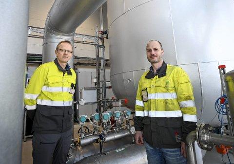 100 prosent fornybar: Mo Fjernvarme sitt anlegg leverer varme blant annet til næringsbygg, idrettsanlegg, skoler og sykehus i byen. Daglig leder Terje Sund-Olsen (t.v.) og driftsingeniør Ronny Tustervatn Straum er glad de kan levere 100 prosent fornybart.