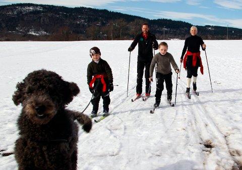 Kronprins Haakon og kronprinsesse Mette-Marit storkoste seg i skisporet sammen med barna, prinsesse Ingrid Alexandra og prins Sverre Magnus. Hunden Milly Kakao fikk trekke begge barna, og første  tur endte  med fall. Kronprinsfamilien.
