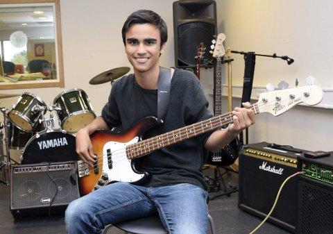 Bassist: Kevin Olsen Vadsten (16) ønsker å utvikle seg videre som musiker, og har et ønske om å kunne leve av musikken. Foto: Anette Marcelle Hallquist