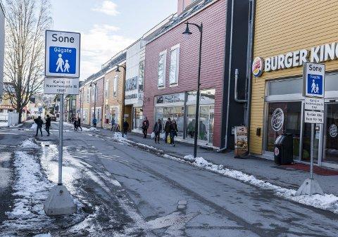 BØR OPPHEVES: Når det viser seg at butikkene i sentrum sliter, og at gågateordningen muligens er en av årsakene, er det på høy tid og kanskje overtid for initiativ til å oppheve ordninge, sier Bjørg Sonja Kristiansen i dette innlegget.