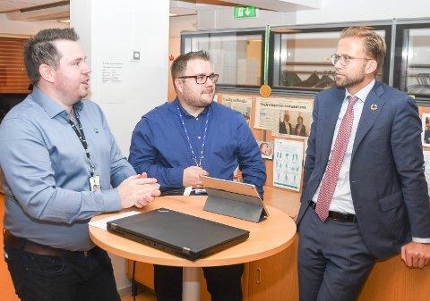 ORIENTERTE MINISTEREN: Anders Iversen fra Sokna og Thomas Berg fra Hønefoss imponerte digitaliseringsminister Nikolai Astrup.